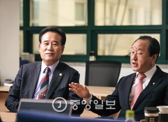 이성재 대한경신연합회 이사장(左), 백운산 한국역술인협회 중앙회장(右)