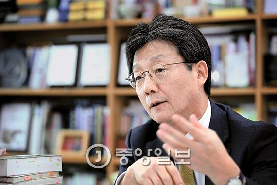 """유승민 전 새누리당 원내대표는 23일 """"박근혜 대통령은 취임 이후 당에서도 극소수하고만 대화했다""""며 """"최순실과 3인방이 다 구속됐지만 요즘은 더욱 민심으로부터 대통령 귀가 닫혀 있어 지금 얼마나 국민이 분노하고 있는지 모르는 것 같다""""고 말했다. [사진 오종택 기자]"""