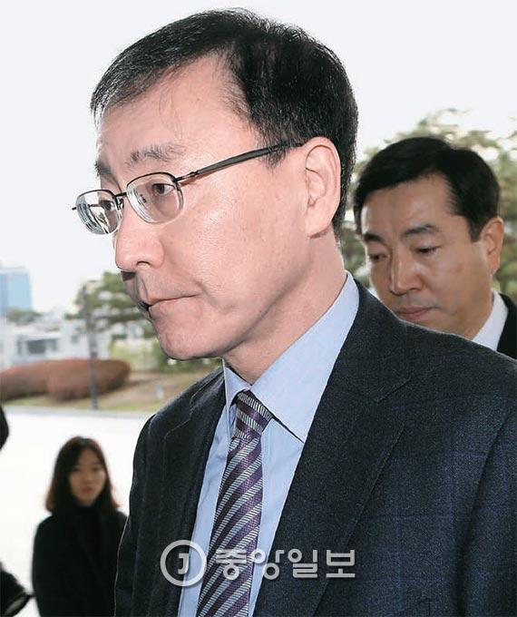 김수남 검찰총장이 25일 대검찰청으로 출근하고 있다. 검찰은 이날까지 박근혜 대통령 대면조사 재요청에 대한 청와대의 답변이 없다고 밝혔다. [사진 조문규 기자]