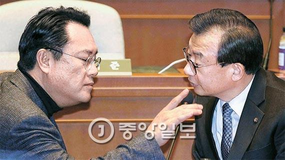 박근혜 대통령의 탄핵소추안을 논의하기 위한 새누리당 의원총회가 25일 국회 예결위장에서 열렸다. 이정현 새누리당 대표(오른쪽)와 정진석 원내대표가 의원총회 개회에 앞서 이야기를 하고 있다. [사진 오종택 기자]