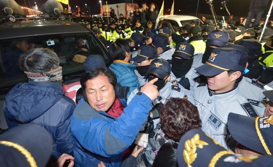 26일 서울 서초구 경부고속도로 양재IC 인근 도로에서 농민들이 경찰과 몸싸움을 벌이고 있다. [뉴시스]