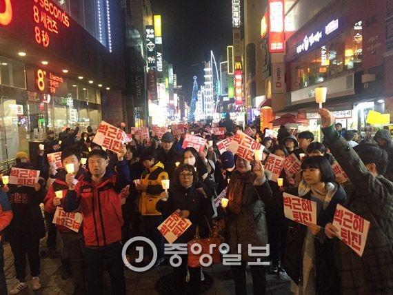 충북 청주시 상당구 성안길에서 26일 오후 1500여 명의 시민들이 모여 박근혜 대통령 퇴진을 촉구하는 촛불 집회를 하고 있다. 최종권 기자