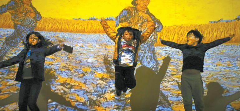 인상주의 화가들의 작품은 컨버전스 아트로 다시 태어나 벽에 걸린 채 끊임없이 움직인다. 김혜연·이웅찬·문지훈(왼쪽부터) 소중 독자가 그림이 움직임과 동시에 점프를 하고 있다.