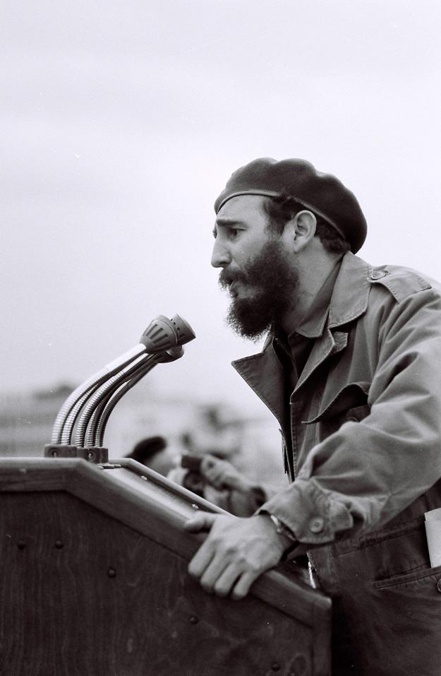 대중 앞에서 연설하기를 즐기는 카스트로의 성격을 이용한 암살 작전도 있었다. 미 CIA는 단상의 마이크에 고전압을 넣으려고 시도했다. 군사 행진에서 연설하는 카스트로.  [사진 듀크대]