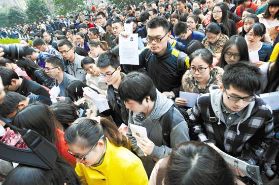 중국 장쑤성 성도인 난징시에서 공무원 시험을 치르기 위해 몰려든 응시자들로 시험장이 인산인해를 이루고 있다. 경제성장 속도가 떨어지면서 중국에서도 대졸자 취업이 사회문제로 대두되기 시작했다. [신화사]