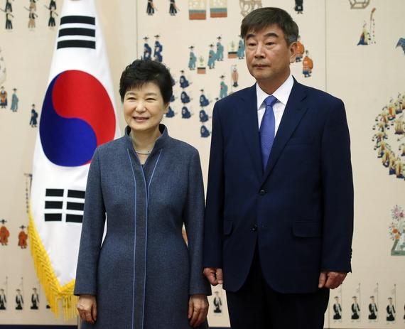박근혜 대통령이 지난 18일 청와대에서 열린 신임 정무직 임명장 수여식에서 최재경 민정수석과 기념촬영을 하고 있다. [청와대사진기자단]
