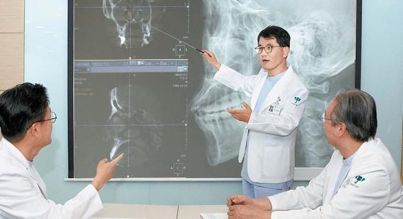 하나이비인후과병원 정도광 원장이 축농증 환자의 수술 계획을 설명하고 있다. 코는 뇌·안구와 인접해 수술 경험이 많은 전문의에게 치료받아야 한다. 프리랜서 임성필