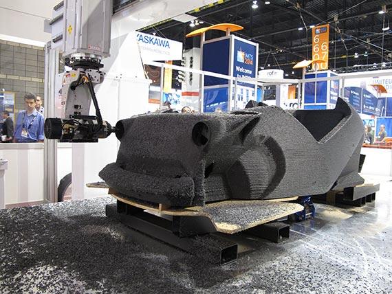 로컬모터스가 미국 애리조나주 피닉스에 있는 '초미니 공장(microfactory)'에서 3D 프린터기를 이용해 '스트라티'를 '찍어내고' 있는 모습. [사진 로컬모터스]