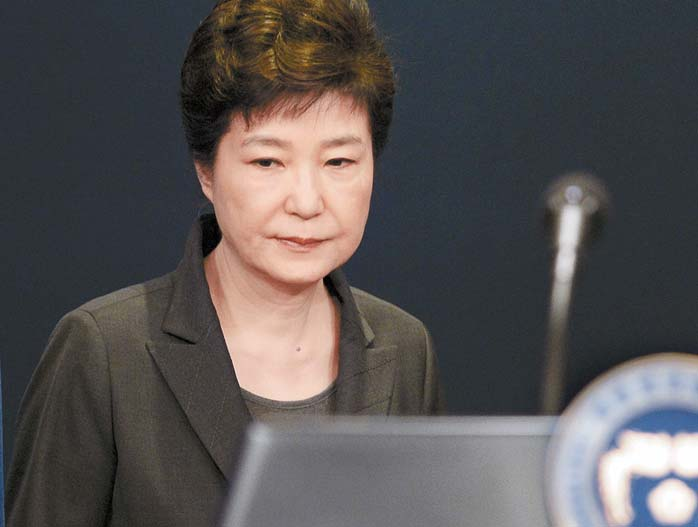 박근혜 대통령은 지난 4일 대국민 담화를 통해 검찰 조사에 임하고 특검까지 수용하겠다는 입장을 밝혔다. 하지만 박 대통령은 검찰의 두 차례 조사 요구에 응하지 않고 있다. 김성룡 기자