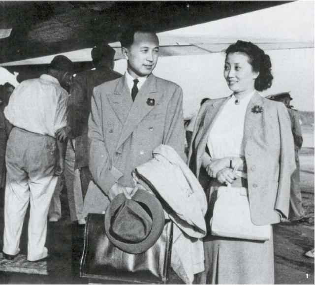 1 결혼 9일 후, 미국으로 돌아가는 첸쉐썬을 전송하는 장잉. 1947년 9월 17일 상하이.