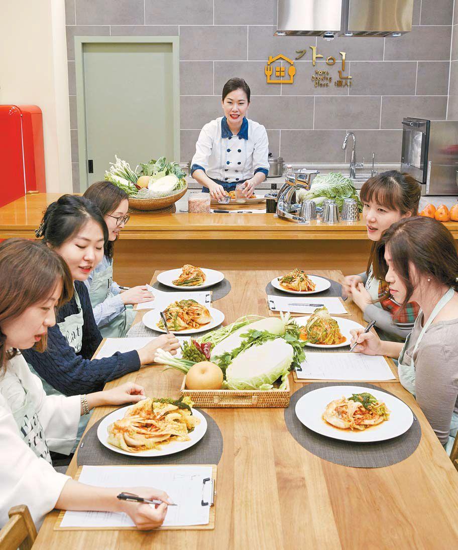 요리학원에 모인 주부들이 강사가 전하는 맛있는 건강김치 담그는 법을 받아 적으며 이야기를 나누고 있다. 프리랜서 장석준
