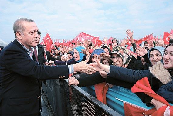 """유럽의회가 24일 터키와의 유럽연합(EU) 가입 협상을 중단하라는 내용의 결의안을 압도적인 표 차로 통과시킨 데 대해 레제프 타이이프 에르도안 터키 대통령은 25일 """"국경을 열겠다""""며 난민 300만~350만 명의 유럽행 허용을 시사했다. 26일 이스탄불에서 지지자들과 만난 에르도안 대통령. [이스탄불 AP=뉴시스]"""