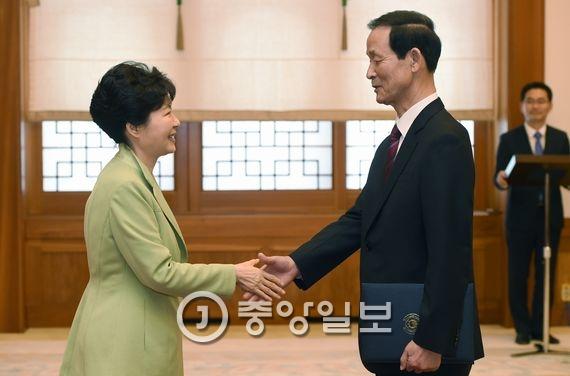 박근혜 대통령(왼쪽)과 김장수 주중대사. [청와대사진기자단]