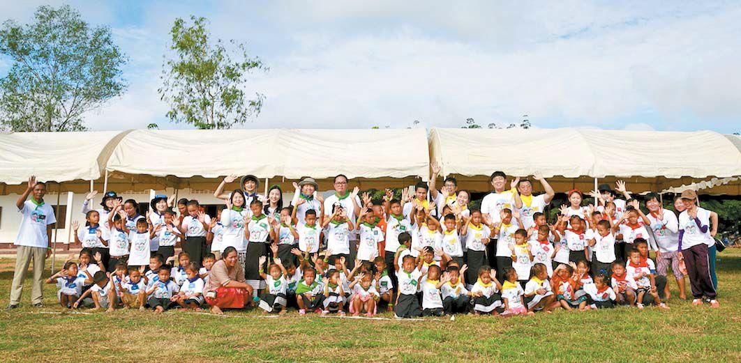 카카오의 사회공헌은 CSR·CSV를 넘어 소셜임팩트 방식으로 진화하고 있다. 임직원도 다양한 사회공헌활동에 참여하고 있다. 2006년부터 전개하고 있는 해외아동교육지원사업도 그중 하나다. 라오스 자원봉사 후 기념사진을 촬영하고 있다. [사진 카카오]