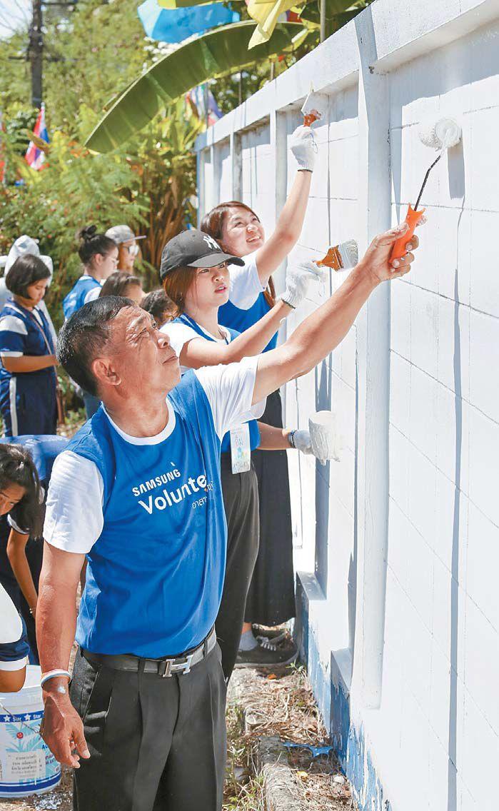 삼성전자 태국법인 임직원이 10월 5일 태국 남부지역에 위치한 초등학교에서 페인트칠을 하고 있다.