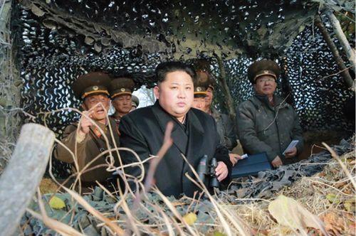 김정은 노동당 위원장이 전방지역을 찾아 연평포 포격 임무를 보고받았다.
