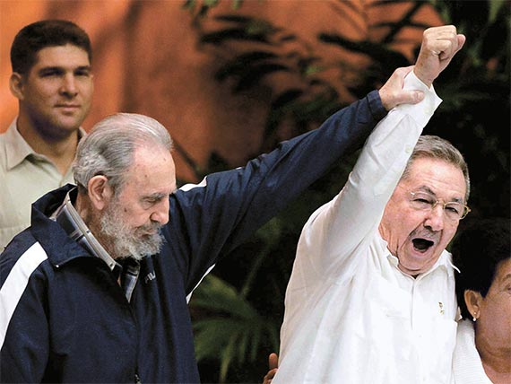 2011년 동생 라울 카스트로(오른쪽)에게 공산당 제1서기 자리를 물려주는 피델. [로이터=뉴스1]