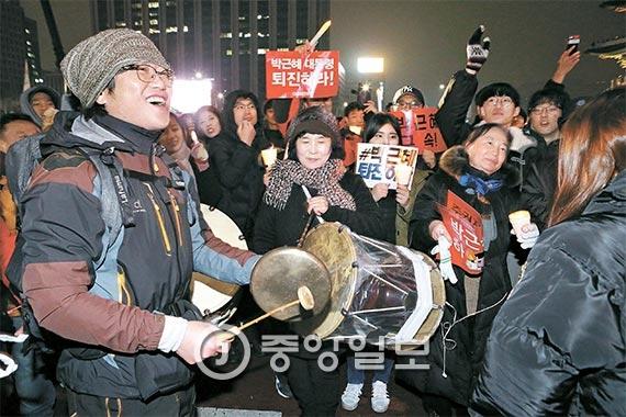 지난 26일 서울 광화문광장에서 열린 촛불집회는 축제로 진행됐다. 시민들은 농악패와 어울려 춤을 추며 집회에 참가했다. [사진 김현동 기자]