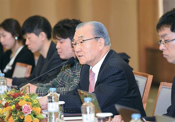 김인호 한국무역협회 회장(오른쪽)이 28일 서울 삼성동 무역센터에서 기자 간담회를 열고 내년 수출과 무역 전망에 대해 밝혔다. [사진 한국무역협회]