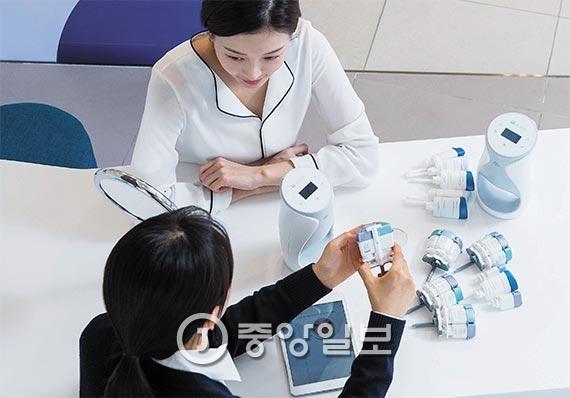 에이지락 미는 개인 맞춤형 스킨케어가 가능하다. 기본 세트 사용 후 약 2000여 개의 조합 중 소비자의 피부에 적합한 제품을 제공한다. 지난 25일 서울 삼성동 뉴스킨 매장을 방문한 소비자가 상담을 받고 있다.