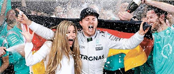 니코 로스베르크가 올시즌 F1 세계 챔피언의 자리에 올랐다. 아부다비에서 열린 그랑프리 대회가 끝나고 시즌 우승을 확정한 뒤 아내 비비안 시볼드(왼쪽)와 함께 샴페인 세례를 받고 있는 로스베르크. [아부다비 AP=뉴시스]