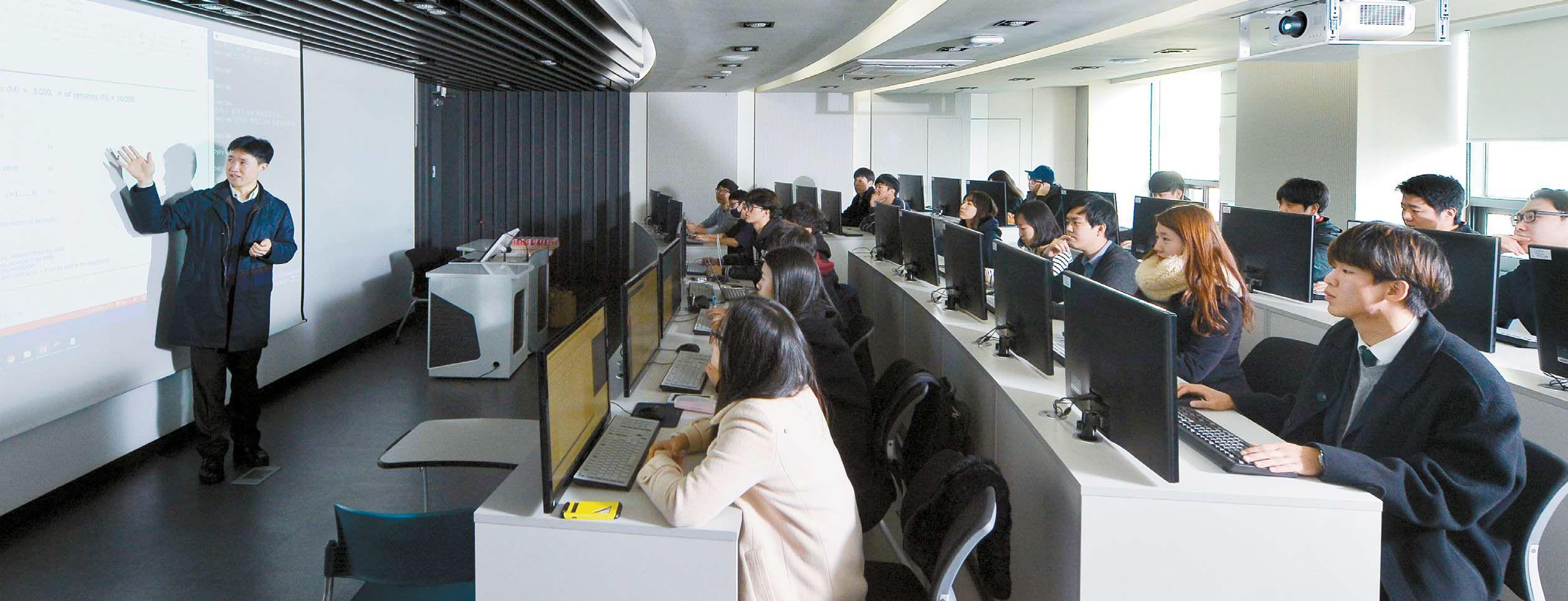 한양대 산업공학과 이기천 교수(왼쪽)가 컴퓨터를 활용해 산업의 문제를 해결하는 함수를 풀 수 있는 방법을 설명하고 있다. 산업공학과는 통계학이나 선형대수 등 수학·공학적 원리로 산업 문제에 대한 최적화된 답을 찾아내는 법을 배운다.