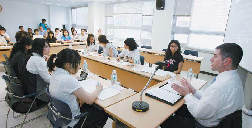 계명대 KAC 국제관계·국제경영학과 학생들이 미국대사관 참사관을 초청해 원탁 토론을 하고 있다. [사진 계명대]