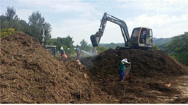 수자원공사 안동권관리단이 댐에서 건져낸 부유물로 퇴비를 만들고 있다. [사진 안동권관리단]