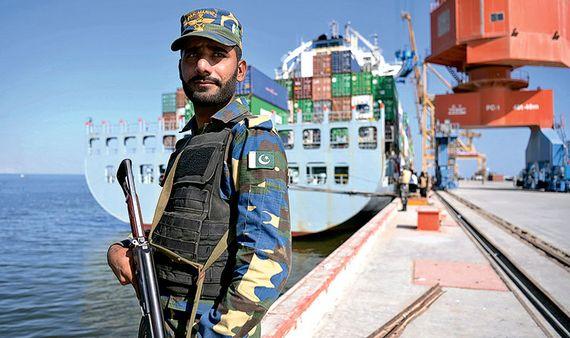 테러리스트의 공격이 빈발하고 있는 파키스탄 과다르항 인근을 해군이 경비하고 있다. [사진=홍콩 명보]