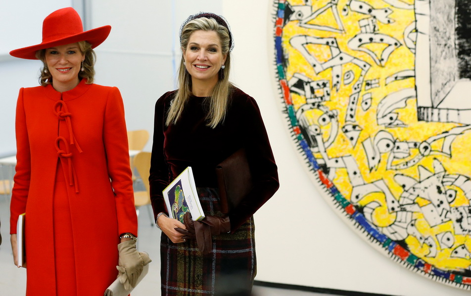 벨기에 마틸드 왕비(사진 왼쪽)와 네덜란드 막시마 왕비(사진 오른쪽)가 지난 28일 네덜란드 암스테르담 왕국에서 열린 공식만찬에 참석했다.