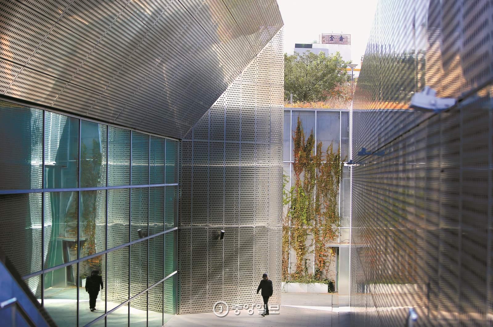 아시아문화전당은 땅을 파고 들어가 있다. 대신 현대식 디자인으로 역사 현장을 새로 해석했다.