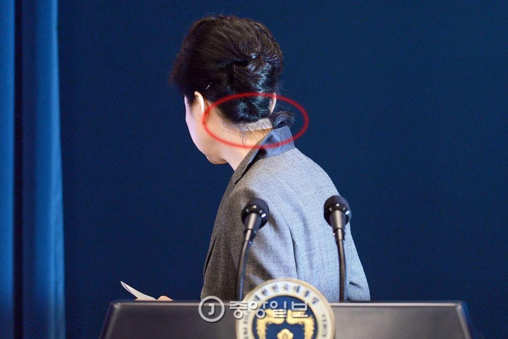 박근혜 대통령이 29일 청와대 브리핑룸에서 대국민 3차 담화를 발표한 후 자리를 떠나고 있다. 김성룡 기자