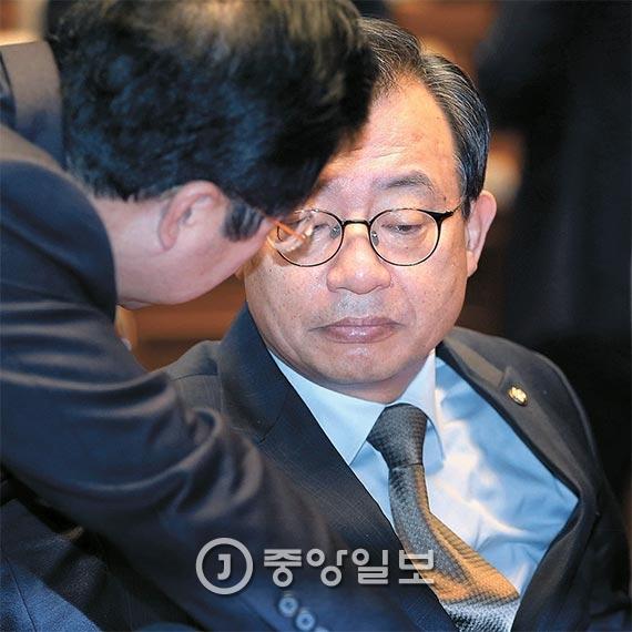 """이정현 새누리당 대표(오른쪽)는 30일 진퇴를 국회에 맡기겠다는 박근혜 대통령의 대국민 담화와 상관없이 야당이 탄핵을 추진하기로 한 데 대해 """"실천하면 내가 뜨거운 장에 손을 지질 것""""이라고 말했다. [사진 박종근 기자]"""