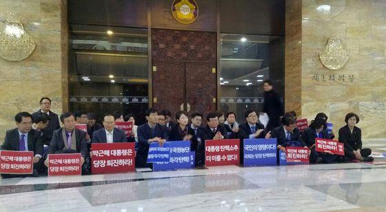 1일 오후 서울 여의도 국회 로텐더홀에서 더불어민주당 의원들이 박근혜 대통령 탄핵안 의결을 촉구하면서 농성을 하고 있다. [뉴시스]