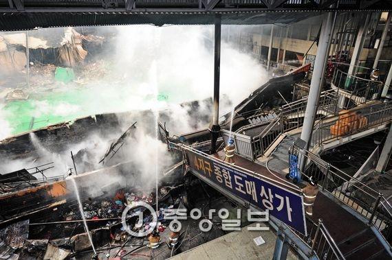 대구시 중구 대신동 서문시장 4지구 상가 화재. 4지구 상가 건물 일부 붕괴된 모습. 프리랜서 공정식