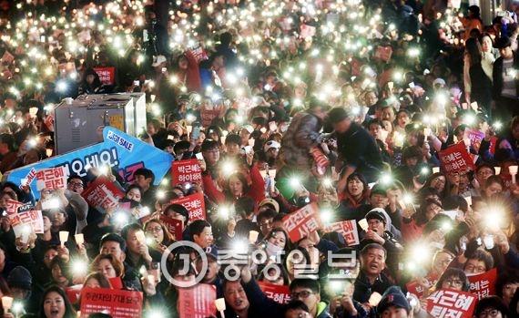 `박근혜 퇴진 제4차 범국민행동` 촛불집회가 지난 19일 전국적으로 열렸다.  바람이 불면 촛불은 꺼진다 고 한 김진태 의원의 지역구인 춘천에서 시민들이 촛불대신 스마트폰 손전등을 비추며 김 의원의 사퇴를 요구하고 있다. [사진공동취재단]