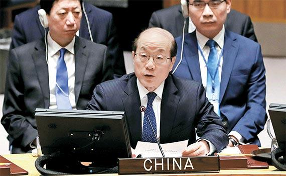 유엔 안전보장이사회가 지난달 30일(현지시간) 북한의 광물 수출을 연 8억 달러(9390억원) 정도 줄이는 내용의 대북제재 결의안을 채택했다. 이날 안보리 회의에서 류제이 유엔 주재 중국대사(가운데)는 한반도 핵 문제를 평화적인 방법으로 해결하기 위해 6자회담이 조속히 재개돼야 한다고 주장했다. [신화=뉴시스]