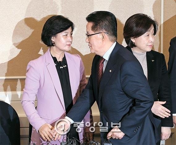 박근혜 대통령 탄핵 발의 시기에 이견을 보이고 있는 야 3당 대표가 1일 오후 국회에서 회동을 했다. 왼쪽부터 추미애 더불어민주당 대표, 박지원 국민의당 비상대책위원장, 심상정 정의당 대표. [사진 우상조 기자]
