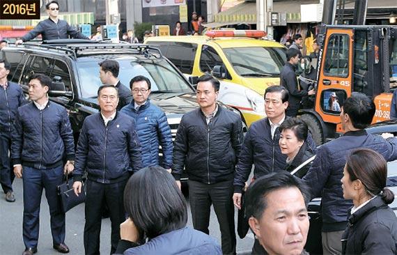 박근혜 대통령이 1일 오후 화재 피해를 입은 대구 서문시장을 찾았다. 박 대통령은 2015년 9월 방문 당시(아래 사진)와는 달리 상인들의 손을 잡는 등 직접적인 접촉은 하지 않았다. [프리랜서 공정식]