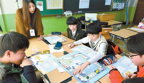 대학생 자원봉사자와 함께 금융 보드게임을 하고 있는 동탄 푸른중 학생들.
