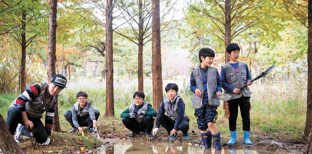 습지 조성을 위해 부산 해운대 장산 숲을 찾은 '용감한 친구들' 이성빈·김창모·김세준·황우진·이시우·정현동(왼쪽부터).
