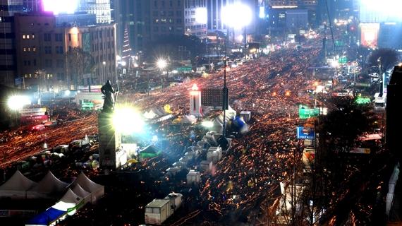 박근혜 대통령 퇴진을 요구하는 5차 촛불집회가 열린 지난달 26일 촛불을 든 시민들이 서울 광화문 광장과 시청광장 일대를 출발해 청와대로 향하고 있다. [사진공동취재단]