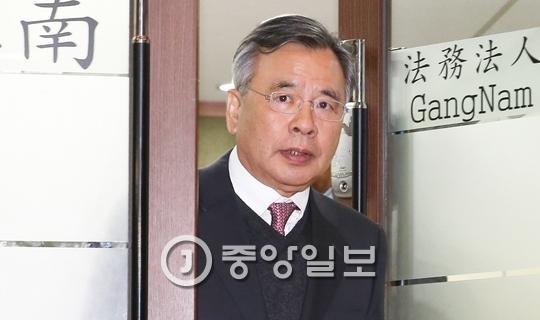 3일 서울 반포동 법무법인 강남 사무실을 나서는 박영수 특검. 김경빈 기자