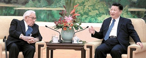 헨리 키신저 전 미 국무장관(왼쪽)이 2일 중국 인민대회당에서 시진핑 국가주석을 만났다. [로이터·신화=뉴시스]