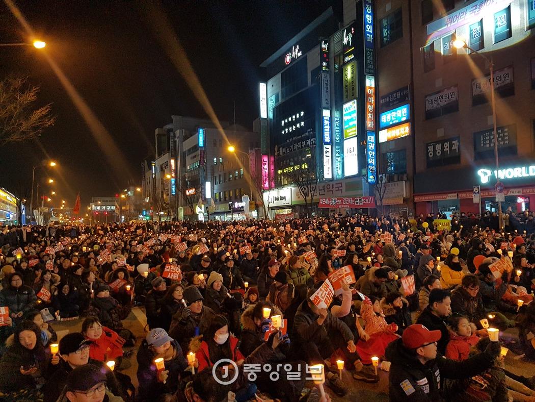 박근혜 대통령 퇴진과 김진태 국회의원 사퇴를 위해 거리로 나선 시민들. 박진호 기자