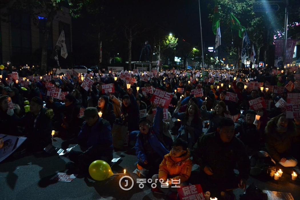 3일 오후 충북 청주시 상당구 충북도청 앞에서 시민 1만명이 모여 촛불 집회를 열어 박근혜 대통령을 규탄하고 있다. 최종권 기자