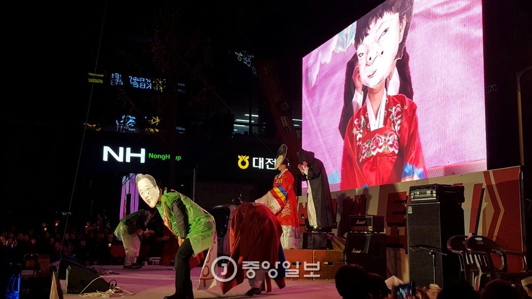 2일 대전 촛불집회에서 마당극패 우금치 단원들이 박근혜 대통령을 비판하는 공연을 하고 있다. 신진호 기자