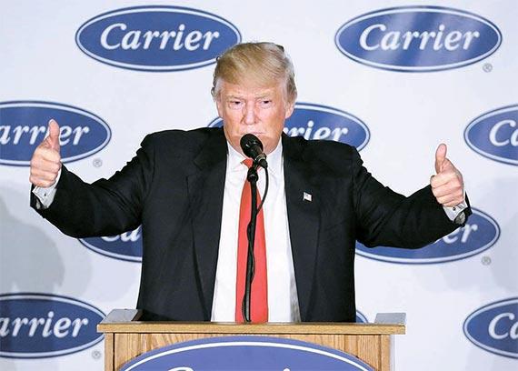 """도널드 트럼프 미국 대통령 당선인이 지난 1일(현지시간) 멕시코 공장 이전 계획을 철회한 캐리어의 인디애나주 공장을 방문해 """"1100개 일자리를 살렸다""""고 밝혔다. [인디애나폴리스 AP=뉴시스]"""