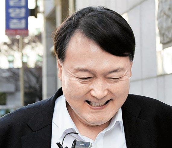 특검 수사팀장으로 내정된 대전고검 윤석열 검사가 2일 청사 앞에서 기자 의 질문을 받고 있다. [뉴시스]