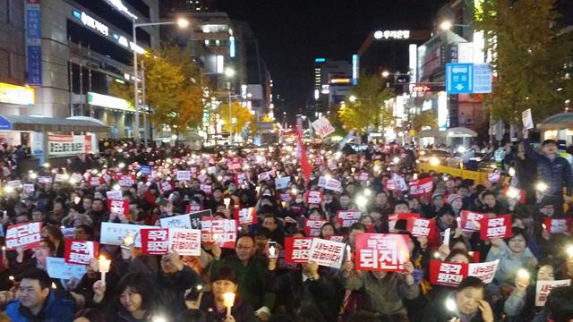 3일 오후 부산 서면 쥬디스태화 앞에서 20만여 명의 부산 시민이 모여 '박근혜 퇴진'을 외치고 있다. 부산=이은지 기자